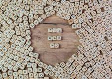 Wie era wo, testo tedesco per come che cosa dove, la parola nelle lettere sul cubo taglia sulla tavola fotografia stock