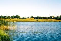 Wieś jezioro w lecie Fotografia Royalty Free