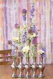 Wie man Blumengesteck im silbernen Vase trifft Stockfotos