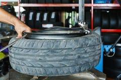 Wie man den Reifen von den Auto Leichtmetallrädern entfernt lizenzfreie stockfotografie