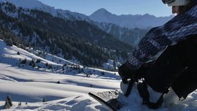 Wie man die Schwergängigkeit auf Snowboarding befestigt, wie man reitet 4K Gesamtlänge, gesundes Lebensstilvideo sport stock video
