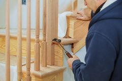 Wie man eine Treppe installiert, die Kit Installation für hölzernes Geländer für Treppe mit der Eisenbahn befördert Stockfoto
