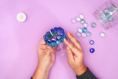 Wie man Ihren eigenen Kerzenständer vom unnötigen Glas oder von den Plastik- und Glaskieseln herstellt Schritt für Schritt Weihna stockfoto