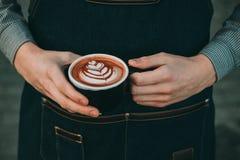 Wie man Lattekunst durch barista Fokus in der Milch und im Kaffee macht stockbilder
