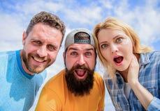 Wie man Leute beeindruckt Entsetzender Eindruck Männer mit Bart und Frau, die entsetzt schaut Keine Methode Freunde entsetzten Ge stockfotos