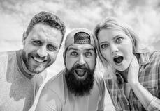 Wie man Leute beeindruckt Entsetzender Eindruck M?nner mit Bart und Frau, die entsetzt schaut Keine Methode Freunde entsetzten Ge stockfotos