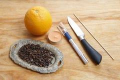 Wie man orange Pomanderball mit Kerze - Tutorium macht Stockfotografie