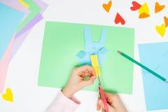 Wie man Papierhäschen für Ostern-Grüße und -spaß macht Kinderkunstprojekt DIY Konzept Kinder-Hände macht Papier-craf Schritt für  lizenzfreie stockbilder