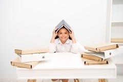 Wie man Positiv bleibt und Aufgaben handhabt Mädchenkinderbuchdachkopf-Weißhintergrund Positives Lächeln des Schulmädchenaufentha lizenzfreies stockfoto