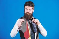 Wie man rechte Bindung w?hlt Klassische Art Wie man Krawatte mit Hemd und Anzug zusammenbringt B?rtiger Hippie-Griff des Mannes w lizenzfreies stockbild