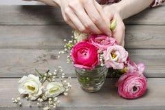Wie man schönen kleinen Blumenstrauß von Ranunculus und Eustoma flo macht Stockfoto