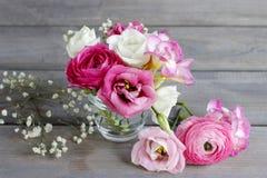Wie man schönen kleinen Blumenstrauß von Ranunculus und Eustoma flo macht Stockbild