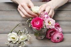 Wie man schönen kleinen Blumenstrauß von Ranunculus und Eustoma flo macht Lizenzfreie Stockbilder