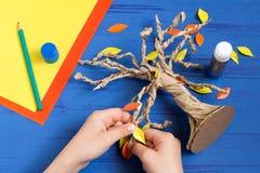 Wie man zusammen mit Kinderherbstbaum macht Schritt 9 stockfotos