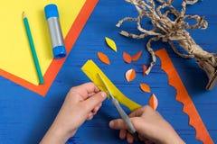 Wie man zusammen mit Kinderherbstbaum macht Schritt 8 stockbilder