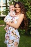 Wie Mutter mögen Sie Tochter schöne Familie in den ähnlichen Kleidern Lizenzfreie Stockfotografie