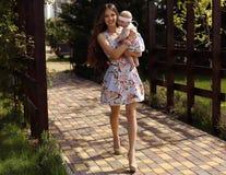 Wie Mutter mögen Sie Tochter schöne Familie in den ähnlichen Kleidern Lizenzfreies Stockfoto