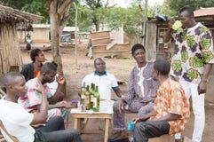 Wieśniacy pije palmowego wino Zdjęcia Stock