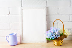 Wieśniaka bielu ramy stylowy mockup z kwiatu koszem Fotografia Royalty Free