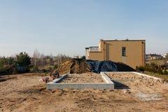 Wieśniaka stylu domy na piaskowatej ziemi Obraz Royalty Free