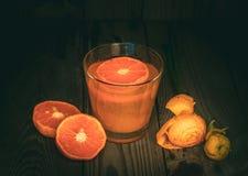?wie?o Gnios?cy mandarynu sok w Szklanych i ?wie?ych mandarynach na Drewnianym stole obraz royalty free