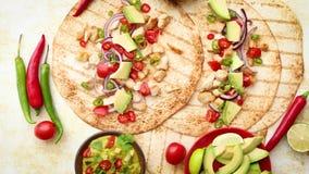 ?wie?o robi? zdrowi kukurydzani tortillas z piec na grillu kurczakiem przepasuj?, duzi avocado plasterki zdjęcie wideo
