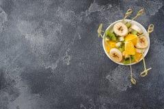?wie?a owoc na skewers dla fondue St?? dla lata przyj?cia kopii przestrzeni fotografia royalty free