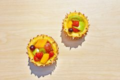 ?wie?a owocowa sa?atka w ananasowym pucharze na drewno stole zdjęcie royalty free