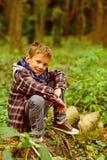 Wie Wald sein, wiederbelebend und ständig wachsend Kleiner Junge im Waldkleinen Jungen auf Waldlandschaft sich entspannen Tun Sie lizenzfreie stockfotografie