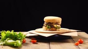 ?wie?y apetyczny hamburger wiruje na czarnym tle zdjęcie wideo