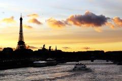 Wieży Eifla sylwetka i rzeczny wonton przy Paryjskim zmierzchem Obraz Stock