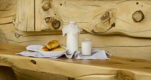 ?wie?y mleko w szklanej butelce i szkle obok kulebiak?w na drewnianym stole, Poj?cie zdrowi organicznie produkty O?niedzia?y styl obraz royalty free