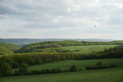Wieś, z zielonymi tocznymi wzgórzami Zdjęcie Stock