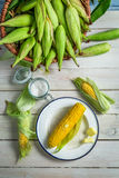 Świeża gorąca kukurudza słuzyć z masłem Obrazy Royalty Free