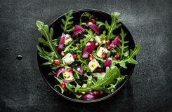 Świeża wiosny sałatka z rucola, feta serem i czerwoną cebulą, Obrazy Royalty Free