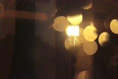 Świecenie lampion w mokrym nocy okno Obraz Royalty Free