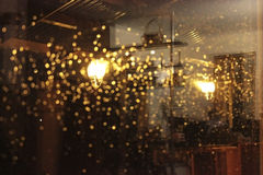 Świecenie lampion w mokrym nocy okno Obrazy Stock