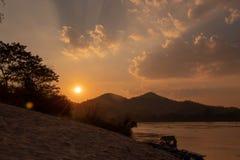 Wieczór światło słoneczne który uderza chmury, wody powierzchnia, piasek zdjęcie stock