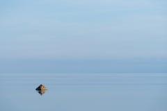 Wieczór światło słoneczne na wybrzeżu, niebieskiego nieba odbicie na wodzie plażowy linii brzegowej horyzontu gór lato Nadmorski  Zdjęcia Stock