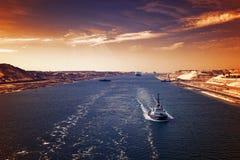 Wieczór atmosfera w kanale sueskim - statku konwój przechodzi thro obrazy stock