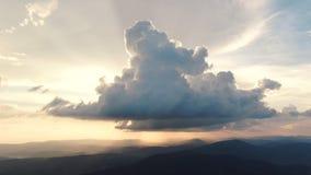 Wieczór chmury poścą ruszający się daleko od, staczający się ciemne zmierzch chmury, czerwone purpurowe pomarańczowe błękit mench zdjęcie wideo