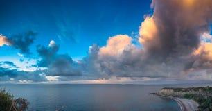 Wieczór cloudscape na Milazzo przylądku Obrazy Royalty Free