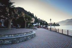 Wieczór deptak blisko Como jeziornej linii brzegowej przy Mennagio miasteczkiem, Włochy Zdjęcia Stock
