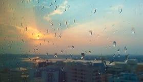 Wieczór deszczu kropla W szkle zdjęcie stock