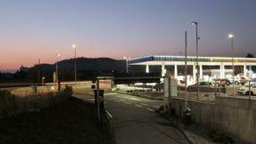Wieczór godziny ruch drogowy przyśpiesza w benzynowej stacji zbiory wideo