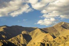 Wieczór halna dolina, chmury i zdjęcia royalty free