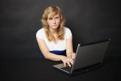 wieczór internetów laptopu kobiety pracy zdjęcie stock