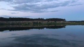 Wieczór jezioro z odbiciem niebo w wodzie zdjęcie wideo