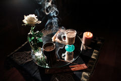 Wieczór kawa w romantycznej atmosferze w ciemnych kolorach Obrazy Royalty Free