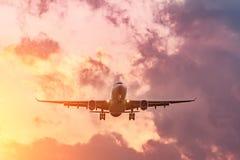 Wiecz?r lot, uko?czenie lot samolot, l?duje przy lotniskiem przy zmierzchem i pi?knym niebem obrazy stock